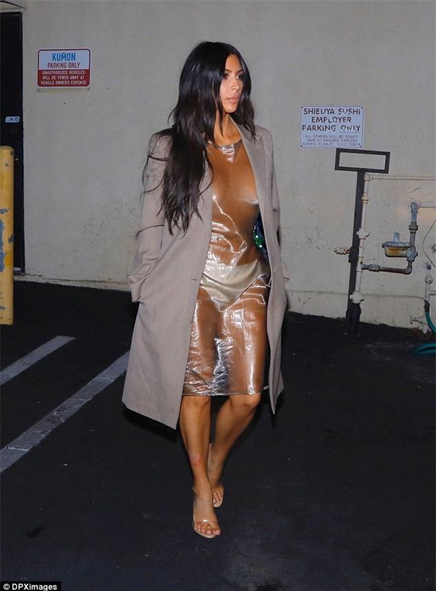 Ngực nặng trĩu như hai trái bom nhưng Kim Kardashian vẫn nghiện diện đầm bức tử vòng 1-5