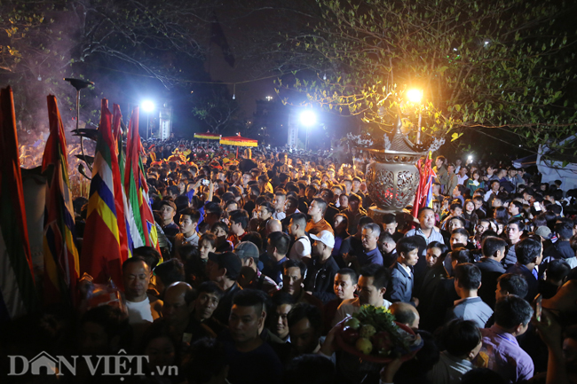 Ảnh: Hàng nghìn người chen lấn, xô đẩy sau lễ khai ấn đền Trần 2019-10