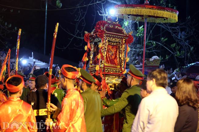 Ảnh: Hàng nghìn người chen lấn, xô đẩy sau lễ khai ấn đền Trần 2019-2