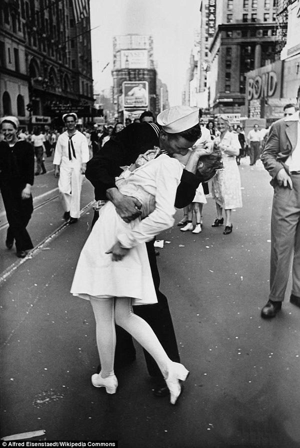 Người thuỷ thủ trong bức ảnh kinh điển nụ hôn ở Quảng trường Thời đại đã qua đời-1