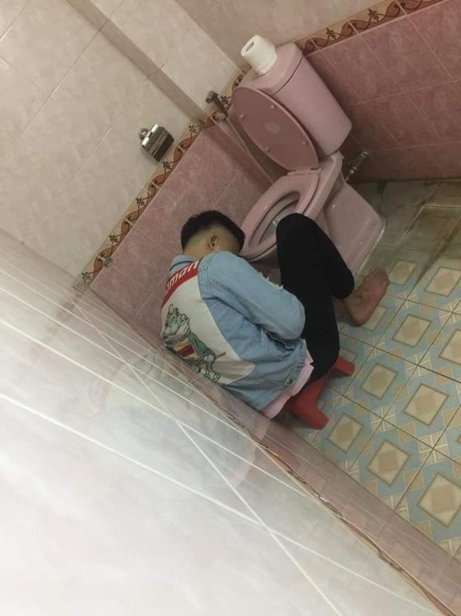 Chồng nhậu say bí tỉ, vợ cao tay trải sẵn mền gối trong toilet cho nằm để tiện đường nôn oẹ-1