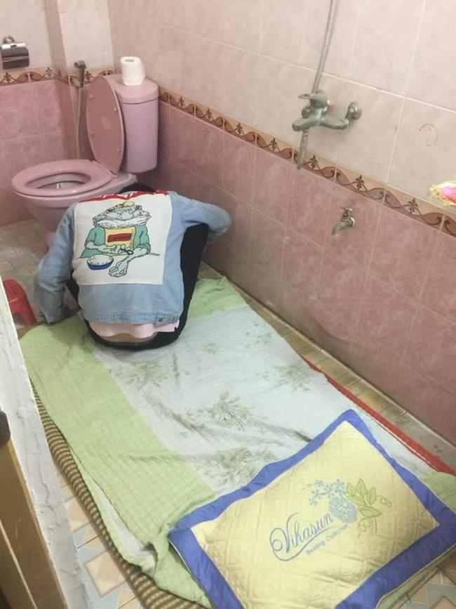 Chồng nhậu say bí tỉ, vợ cao tay trải sẵn mền gối trong toilet cho nằm để tiện đường nôn oẹ-2