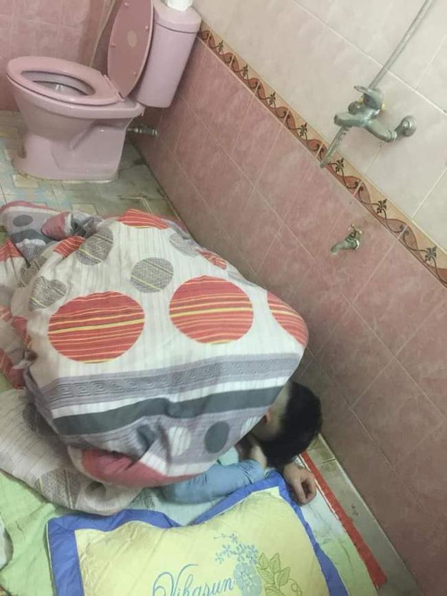 Chồng nhậu say bí tỉ, vợ cao tay trải sẵn mền gối trong toilet cho nằm để tiện đường nôn oẹ-3