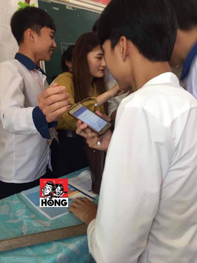 Đứng trên bục giảng, cô giáo bị học sinh bủa vây xung quanh, lén chụp ảnh vì quá xinh đẹp-3