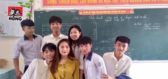 Đứng trên bục giảng, cô giáo bị học sinh bủa vây xung quanh, lén chụp ảnh vì quá xinh đẹp-5