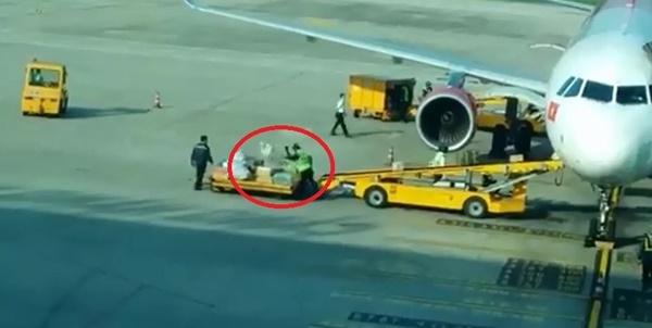 Ném hành lý như ném gạch, nhân viên sân bay Đà Nẵng bị cảnh cáo-1