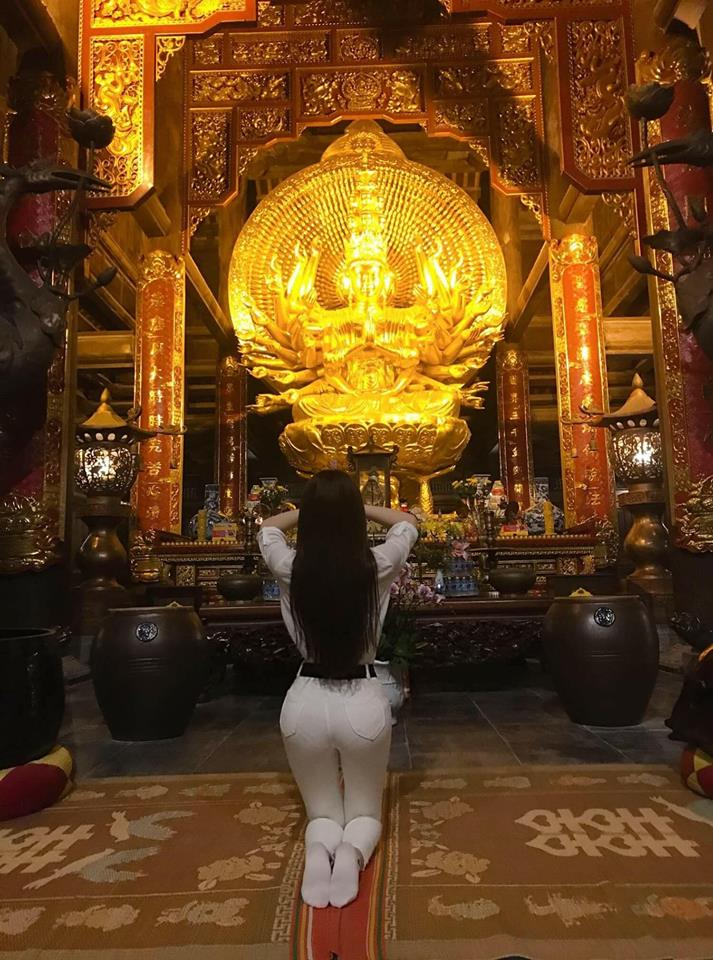 Đâu chỉ giới trẻ, loạt sao Việt cũng bị lên án gay gắt khi ăn mặc phản cảm chốn linh thiêng-3