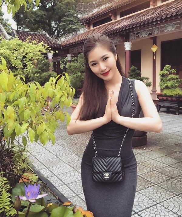 Đâu chỉ giới trẻ, loạt sao Việt cũng bị lên án gay gắt khi ăn mặc phản cảm chốn linh thiêng-4