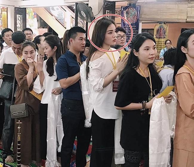 Đâu chỉ giới trẻ, loạt sao Việt cũng bị lên án gay gắt khi ăn mặc phản cảm chốn linh thiêng-7