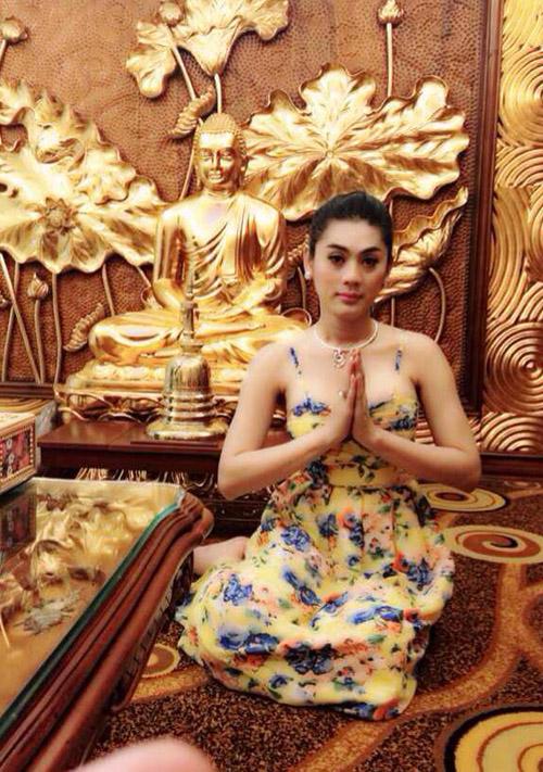 Đâu chỉ giới trẻ, loạt sao Việt cũng bị lên án gay gắt khi ăn mặc phản cảm chốn linh thiêng-9