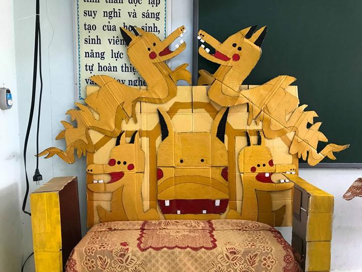 Lớp học khoe ghế giáo viên bằng ngai vàng độc đáo nhưng vẻ đẹp trai của hoàng thượng mới khiến dân tình chao đảo-1