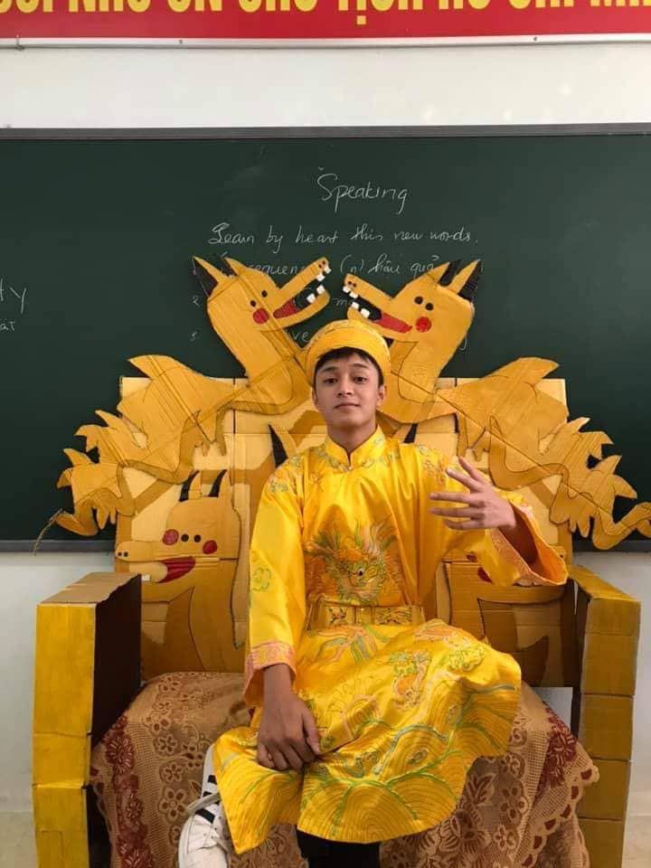Lớp học khoe ghế giáo viên bằng ngai vàng độc đáo nhưng vẻ đẹp trai của hoàng thượng mới khiến dân tình chao đảo-2