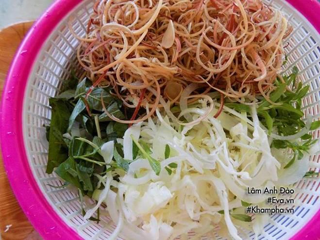 Gà thừa sau Rằm đem làm gỏi gà hoa chuối giòn ngon, thanh mát ăn mãi chẳng ngán-2