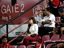 Yến Xuân thu hút trên khán đài, theo dõi bạn trai Văn Lâm bắt trận ra mắt Muangthong United