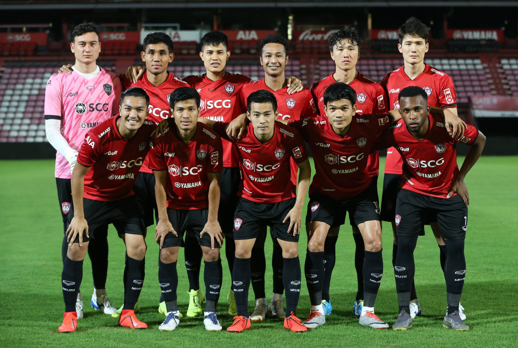 Yến Xuân thu hút trên khán đài, theo dõi bạn trai Văn Lâm bắt trận ra mắt Muangthong United-1