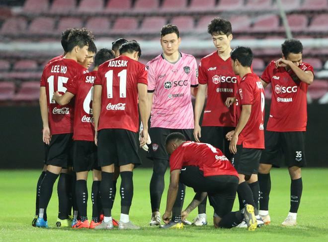 Yến Xuân thu hút trên khán đài, theo dõi bạn trai Văn Lâm bắt trận ra mắt Muangthong United-9