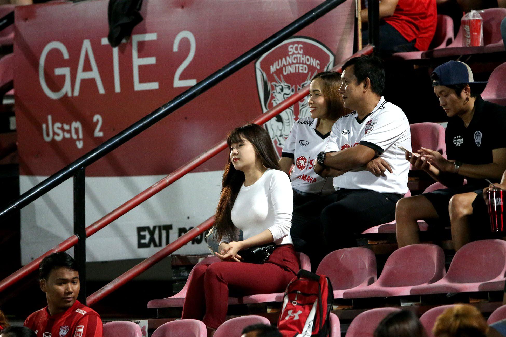 Yến Xuân thu hút trên khán đài, theo dõi bạn trai Văn Lâm bắt trận ra mắt Muangthong United-2