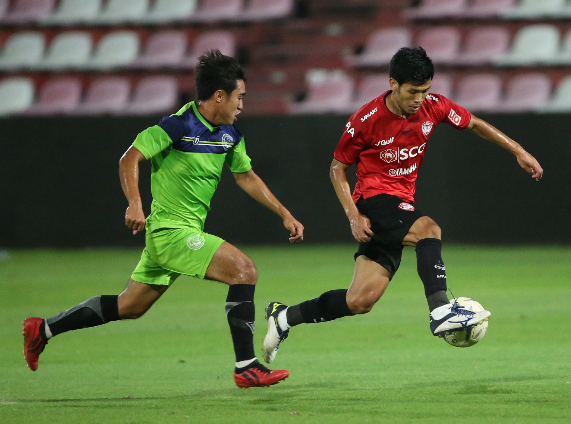 Yến Xuân thu hút trên khán đài, theo dõi bạn trai Văn Lâm bắt trận ra mắt Muangthong United-11