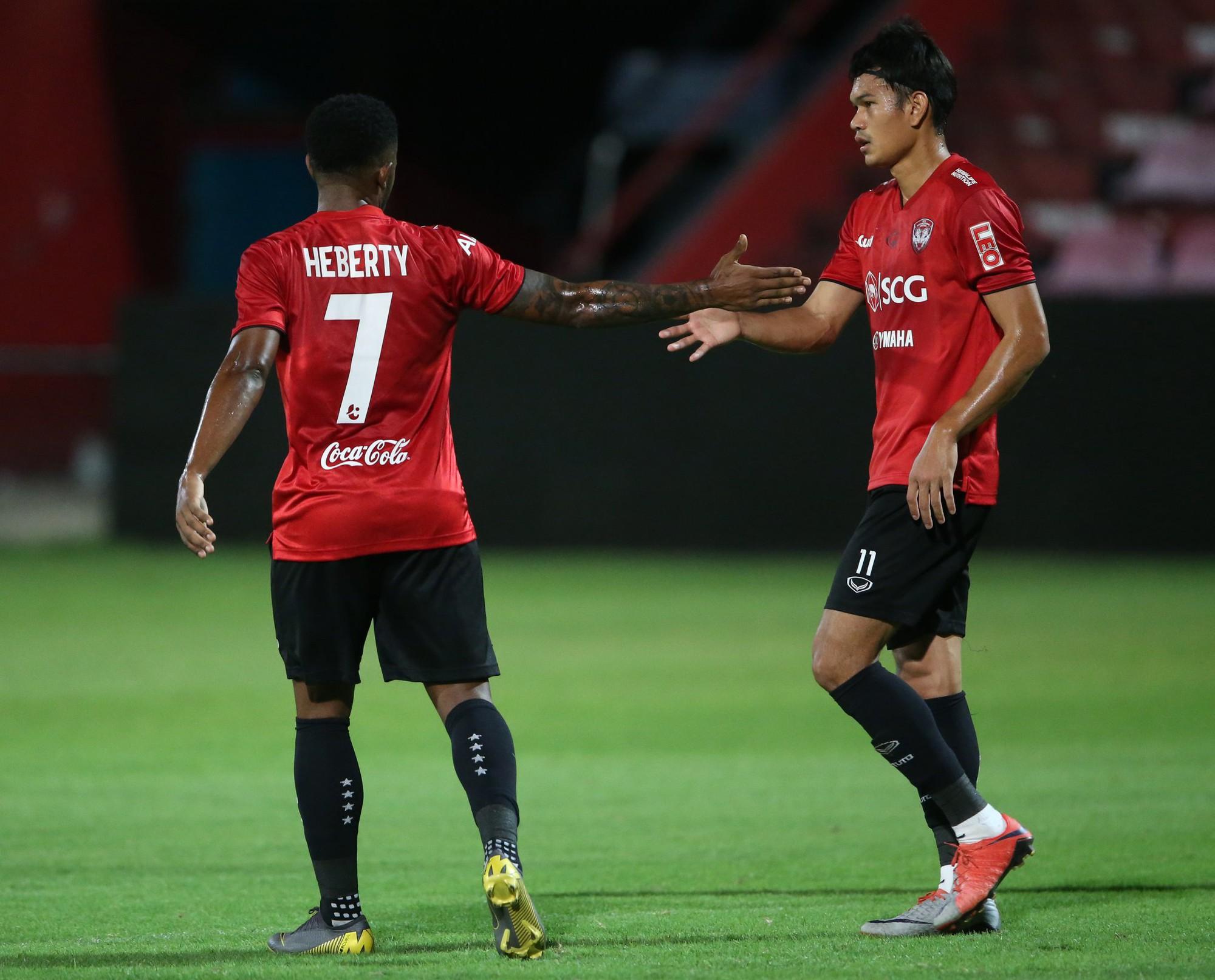 Yến Xuân thu hút trên khán đài, theo dõi bạn trai Văn Lâm bắt trận ra mắt Muangthong United-8