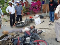 Xe tải tông và kéo lê nhiều xe máy vào gầm, 6 người thương vong