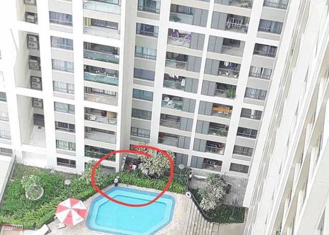 TP.HCM: Cô gái trẻ sinh năm 95 mặc bộ đồ đỏ tử vong cạnh hồ bơi, nghi rơi từ tầng cao chung cư xuống-1