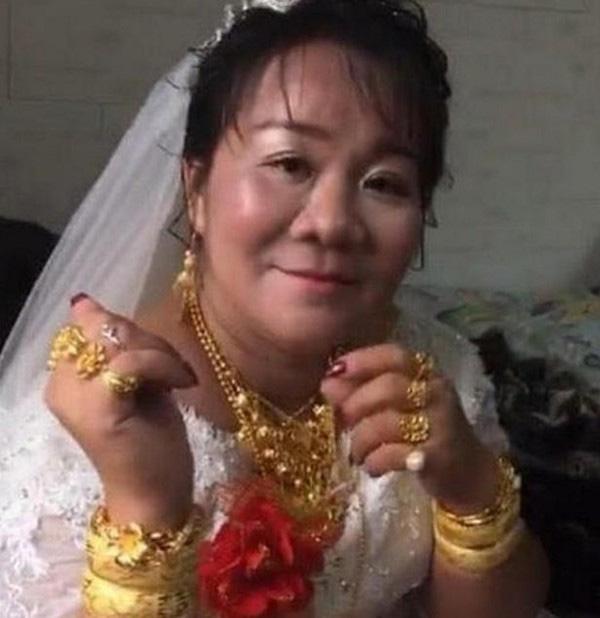 Cô dâu vàng đeo trĩu cổ trong ngày cưới nhưng nhìn sang chú rể ai cũng phải giật mình-1