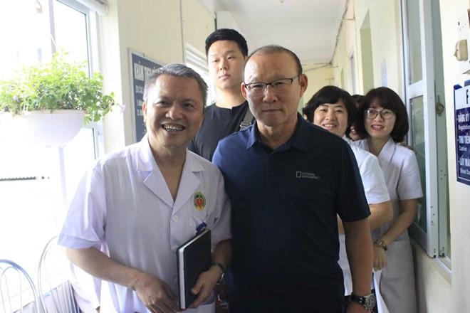 HLV Park Hang Seo được người hâm mộ quây kín tại Bệnh viện E-2