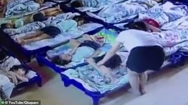 Giáo viên mầm non ngược đãi trẻ em không thương tiếc, lấy kẹp giấy đâm vào người hơn 20 đứa trẻ để bắt ngủ trưa-3