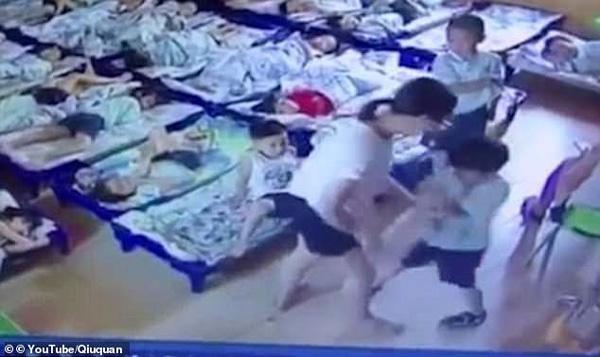 Giáo viên mầm non ngược đãi trẻ em không thương tiếc, lấy kẹp giấy đâm vào người hơn 20 đứa trẻ để bắt ngủ trưa-4