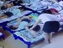 Giáo viên mầm non ngược đãi trẻ em không thương tiếc, lấy kẹp giấy đâm vào người hơn 20 đứa trẻ để bắt ngủ trưa