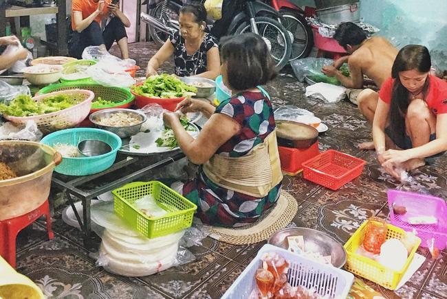 Tiệm gỏi cuốn nổi tiếng nhất nhì Sài Gòn, cứ chiều đến thực khách lại xếp hàng... ngoài cửa sổ chờ mua-2