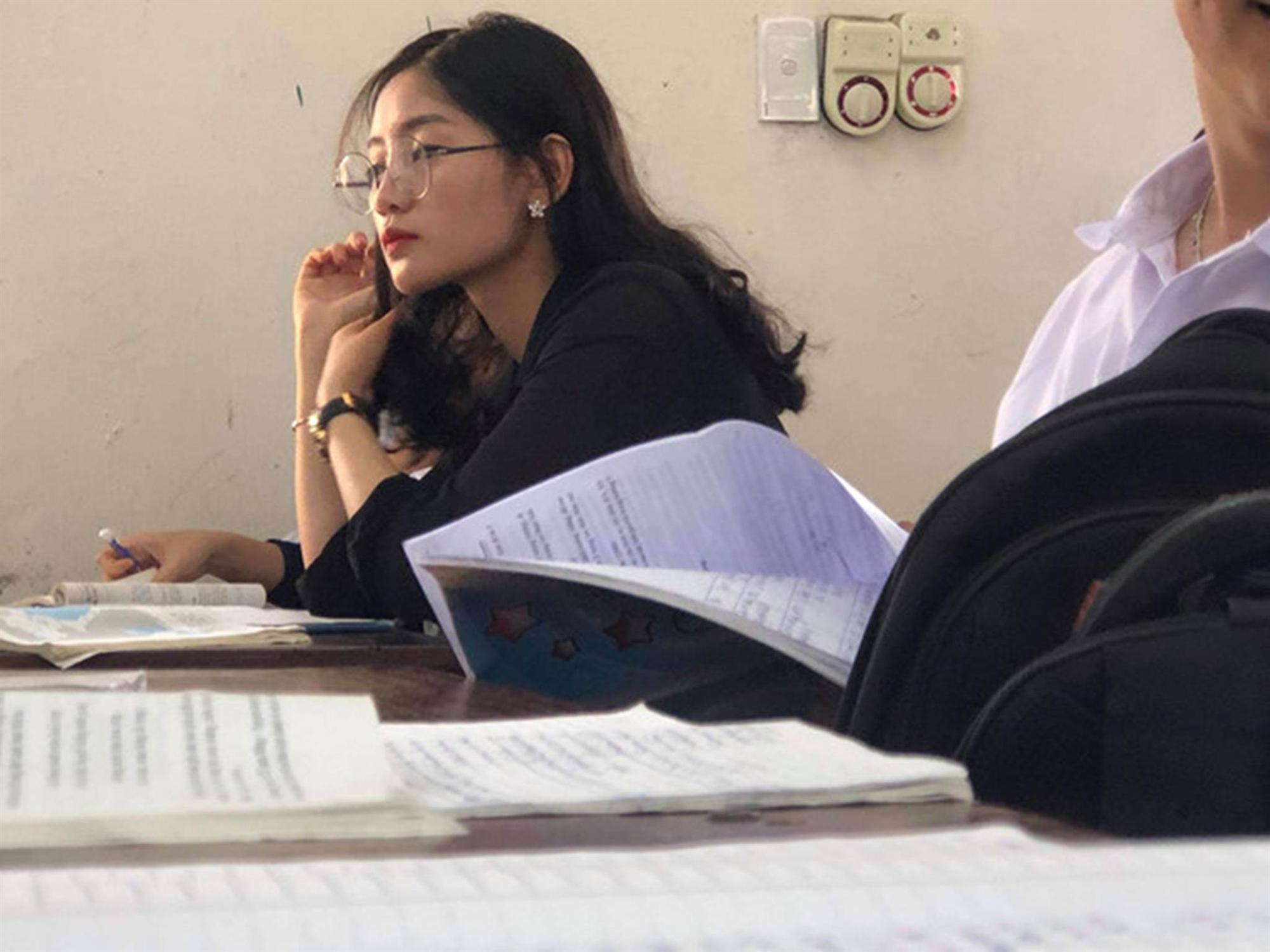 Cô giáo Lịch Sử bị học sinh chụp lén, đăng ảnh lên mạng vì xinh đẹp-1