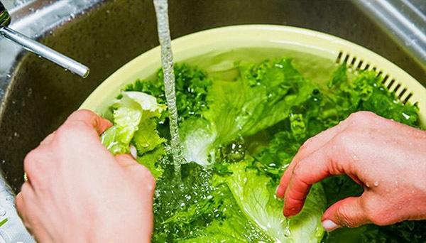 Rửa rau như thế nào để loại bỏ thuốc trừ sâu gây hại-1
