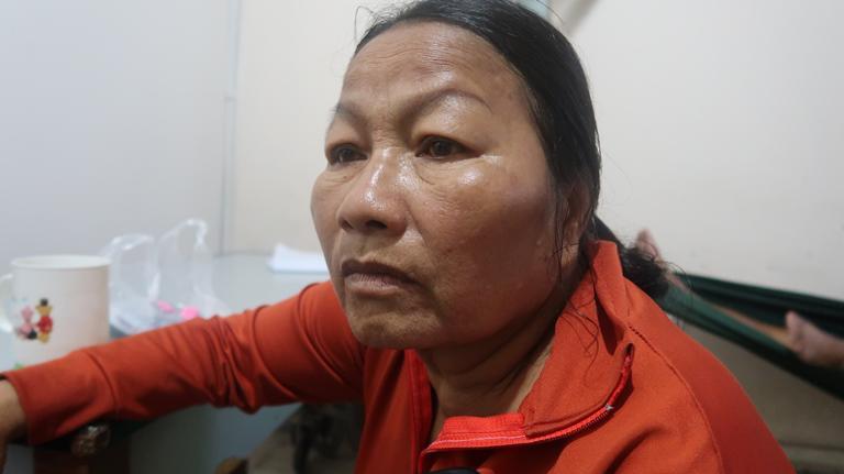Xót xa cảnh người mẹ co ro ôm hũ hài cốt của con trai vào phòng bệnh để chạy thận-1