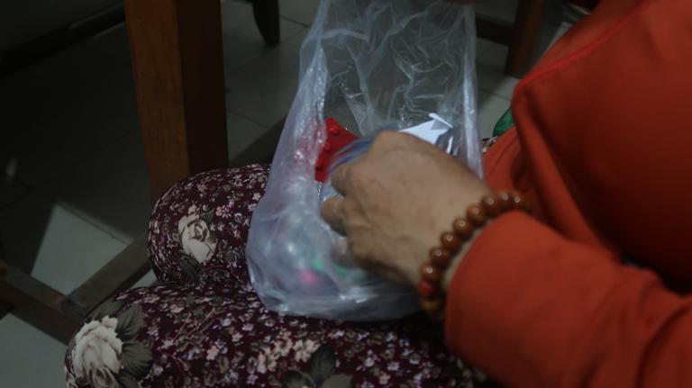 Xót xa cảnh người mẹ co ro ôm hũ hài cốt của con trai vào phòng bệnh để chạy thận-3