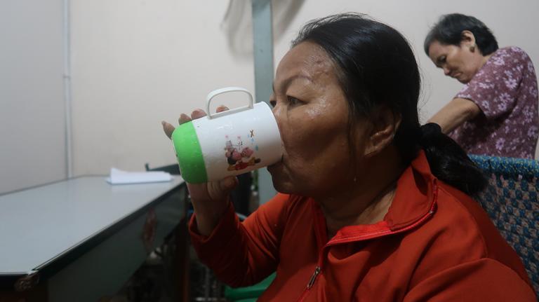 Xót xa cảnh người mẹ co ro ôm hũ hài cốt của con trai vào phòng bệnh để chạy thận-6