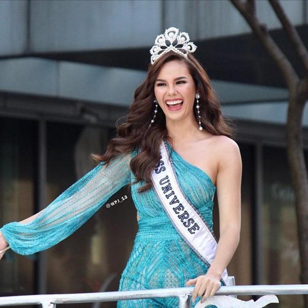 Sự cố hi hữu trong lịch sử Miss Universe: Đang diễu hành, Hoa hậu làm vỡ vương miện 6 tỉ và phản ứng bất ngờ sau đó-6