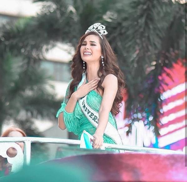 Sự cố hi hữu trong lịch sử Miss Universe: Đang diễu hành, Hoa hậu làm vỡ vương miện 6 tỉ và phản ứng bất ngờ sau đó-9