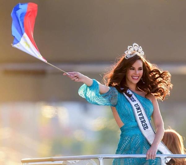 Sự cố hi hữu trong lịch sử Miss Universe: Đang diễu hành, Hoa hậu làm vỡ vương miện 6 tỉ và phản ứng bất ngờ sau đó-10