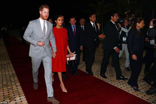 Meghan tái xuất bên cạnh chồng sau chuyến nghỉ dưỡng xa hoa nhưng vẻ mặt khác thường của cặp đôi hoàng gia mới là điều đáng chú ý-2