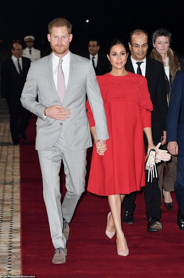 Meghan tái xuất bên cạnh chồng sau chuyến nghỉ dưỡng xa hoa nhưng vẻ mặt khác thường của cặp đôi hoàng gia mới là điều đáng chú ý-5