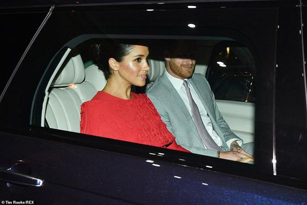 Meghan tái xuất bên cạnh chồng sau chuyến nghỉ dưỡng xa hoa nhưng vẻ mặt khác thường của cặp đôi hoàng gia mới là điều đáng chú ý-6