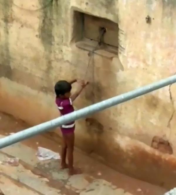 Bé gái khuyết tật không thể nói, mẹ xích chặt vào tường như động vật rồi bỏ đi làm-1