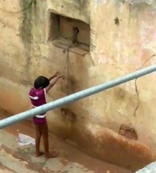 Bé gái khuyết tật không thể nói, mẹ xích chặt vào tường như động vật rồi bỏ đi làm-2