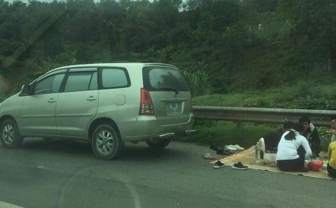 Ô tô 7 chỗ trải chiếu mở tiệc trên cao tốc Nội Bài - Lào Cai-1