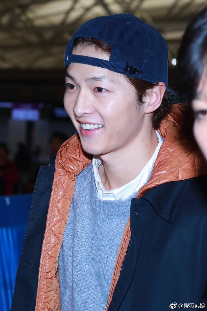 Ơn trời, cuối cùng Song Joong Ki đã chính thức lộ diện rồi!-5