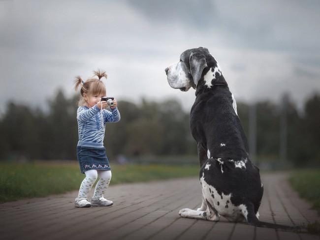 Bộ ảnh đẹp đến nao lòng của các bé chụp cùng thú cưng khổng lồ khiến ai nấy đều phải ngẩn ngơ, trầm trồ-11