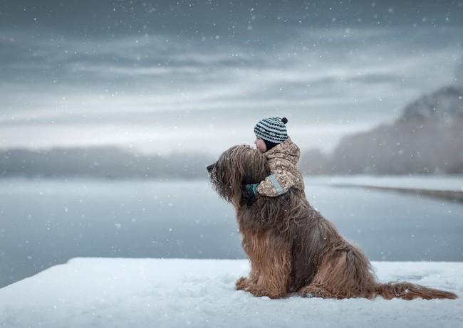 Bộ ảnh đẹp đến nao lòng của các bé chụp cùng thú cưng khổng lồ khiến ai nấy đều phải ngẩn ngơ, trầm trồ-7