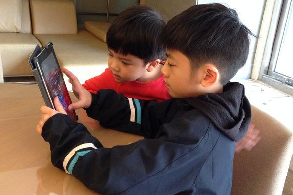Đứa trẻ thích nghịch smartphone và không thích nghịch, sự khác biệt quá lớn chỉ thấy rõ sau 10 năm-2