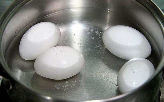 Luộc trứng bằng nước lạnh hay nóng? Nếu làm sai ở các bước chính, trứng vẫn còn vi khuẩn-1